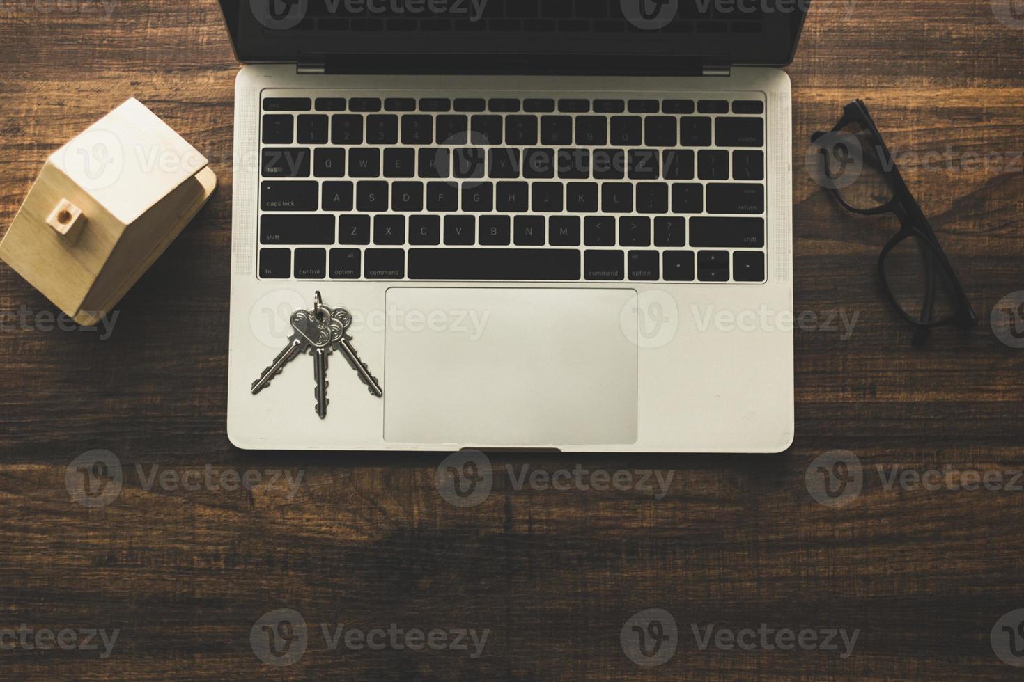 Draufsicht auf Tastatur mit Brille foto
