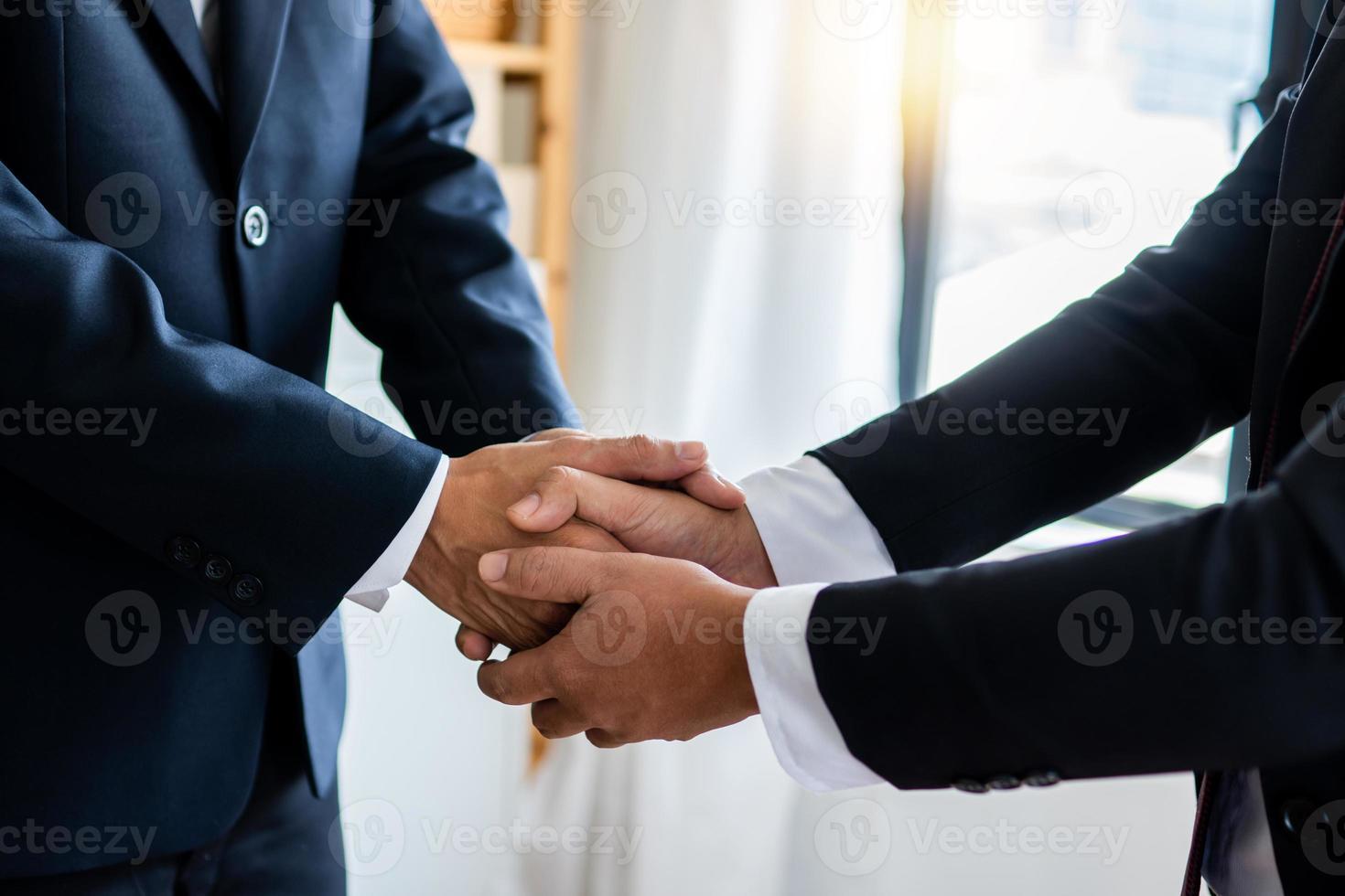erfolgreiches Verhandlungs- und Handshake-Konzept, zwei Geschäftsleute geben dem Partner die Hand, um Partnerschaft und Teamwork zu feiern, Geschäft foto