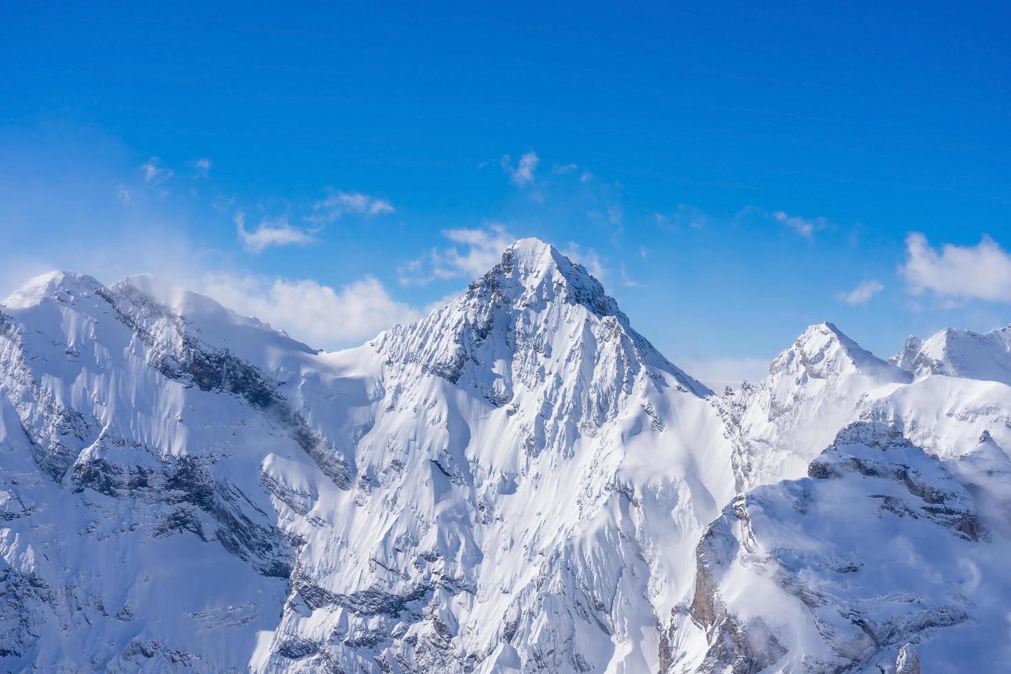 atemberaubender Panoramablick auf die Schweizer Alpen foto