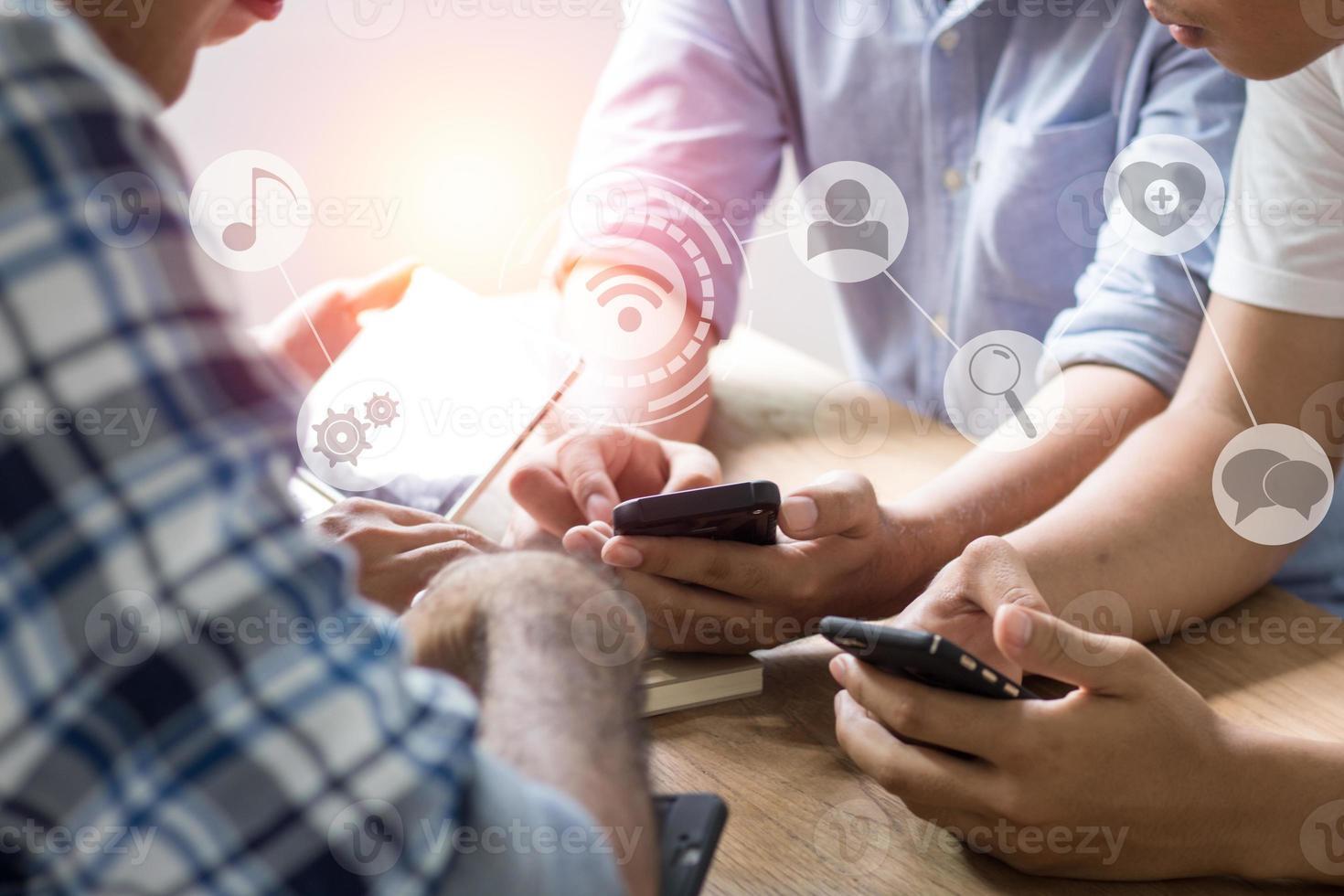 Gruppe von Männern mit Telefon foto
