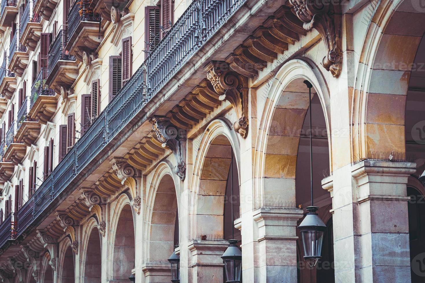 Balkone und Arkaden eines neoklassizistischen Gebäudes foto