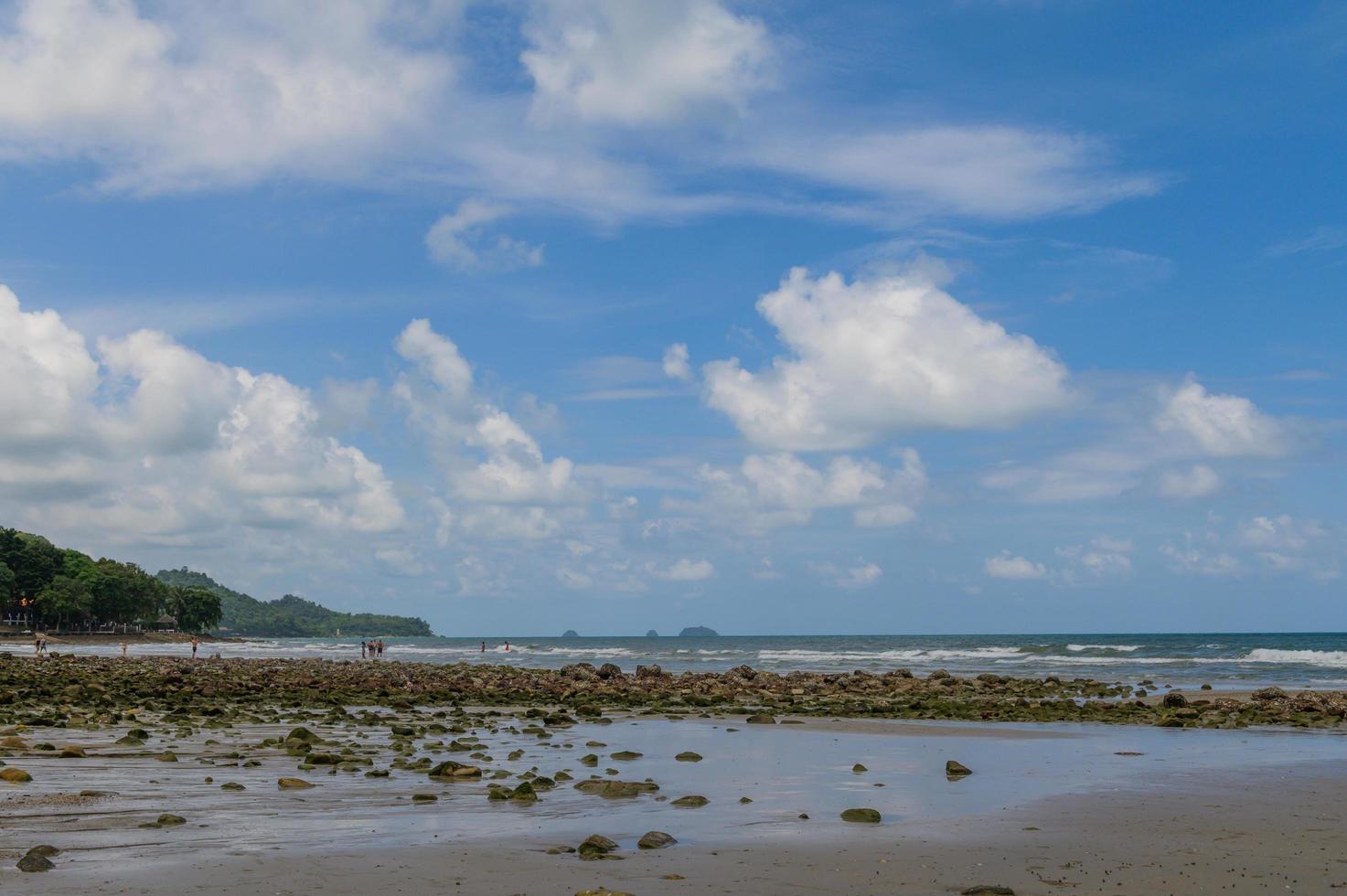 Meer mit Steinen und blauem Himmel foto