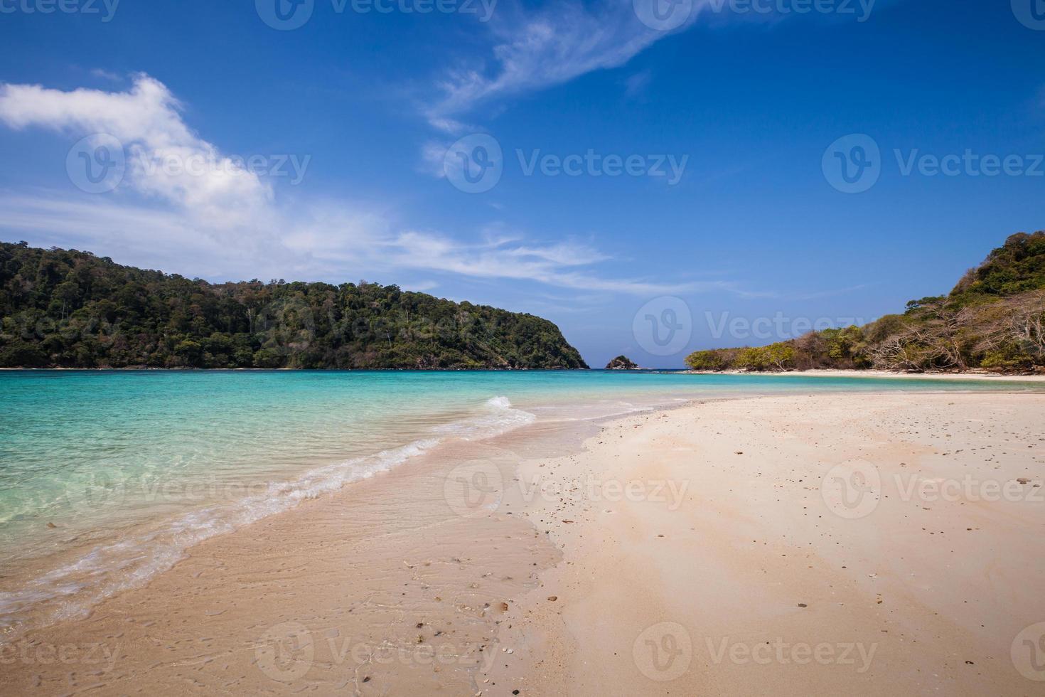 weißer Sandstrand und blaues Wasser foto