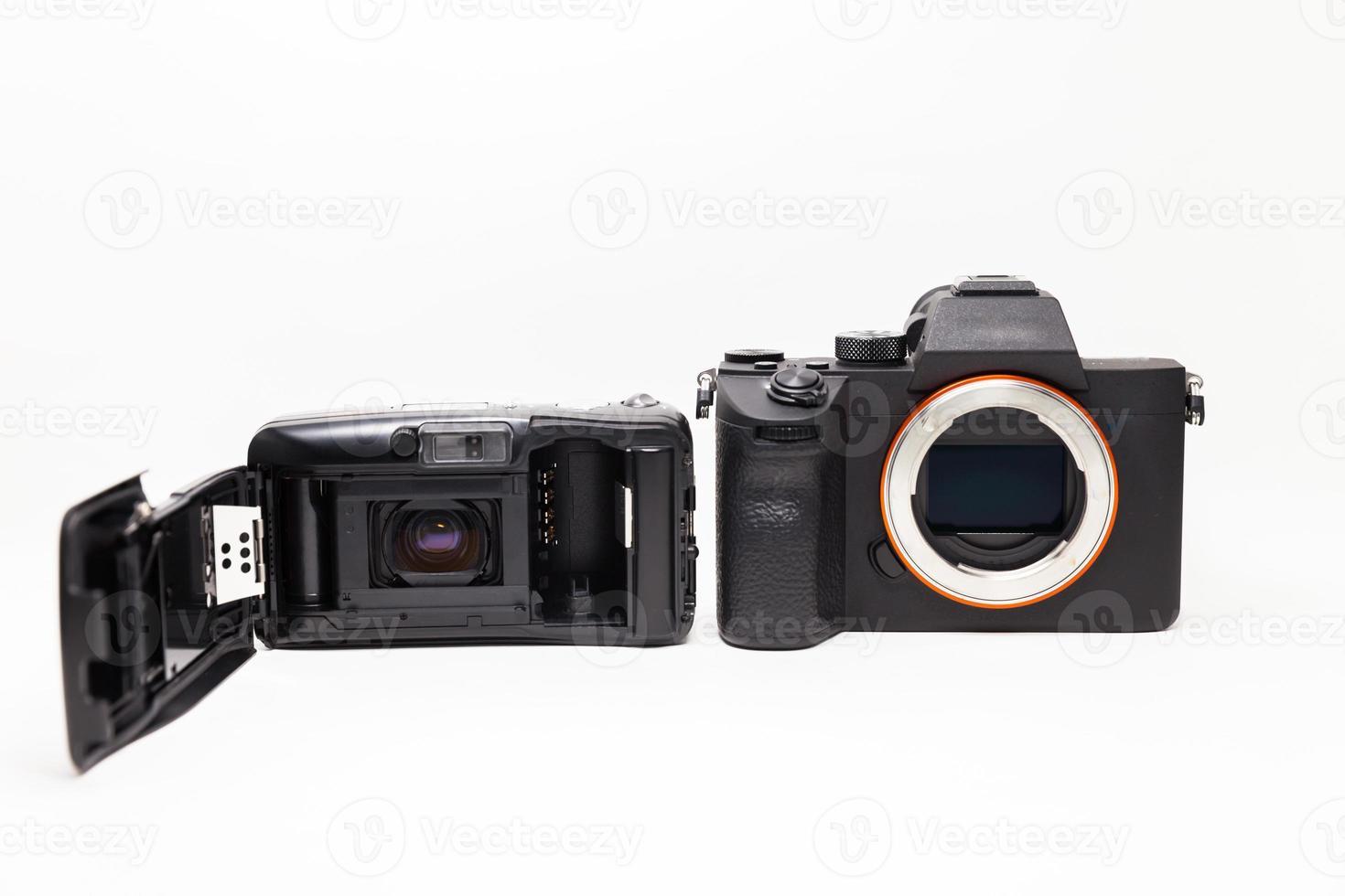 Film und Digitalkamera auf Weiß foto