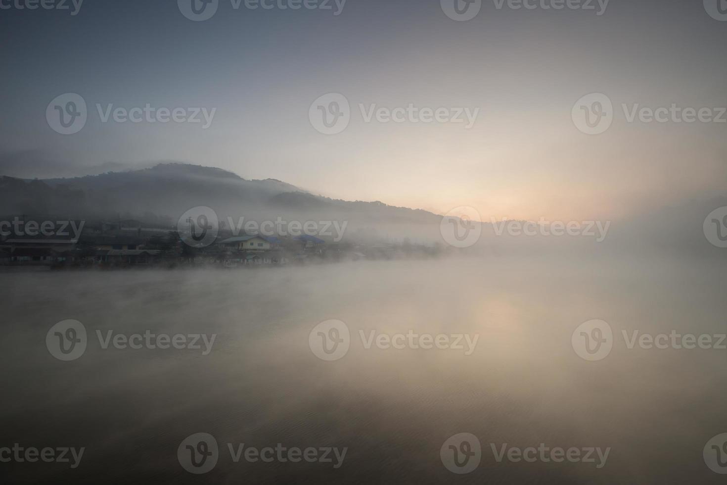 Langzeitbelichtung der Nebelbewegung foto