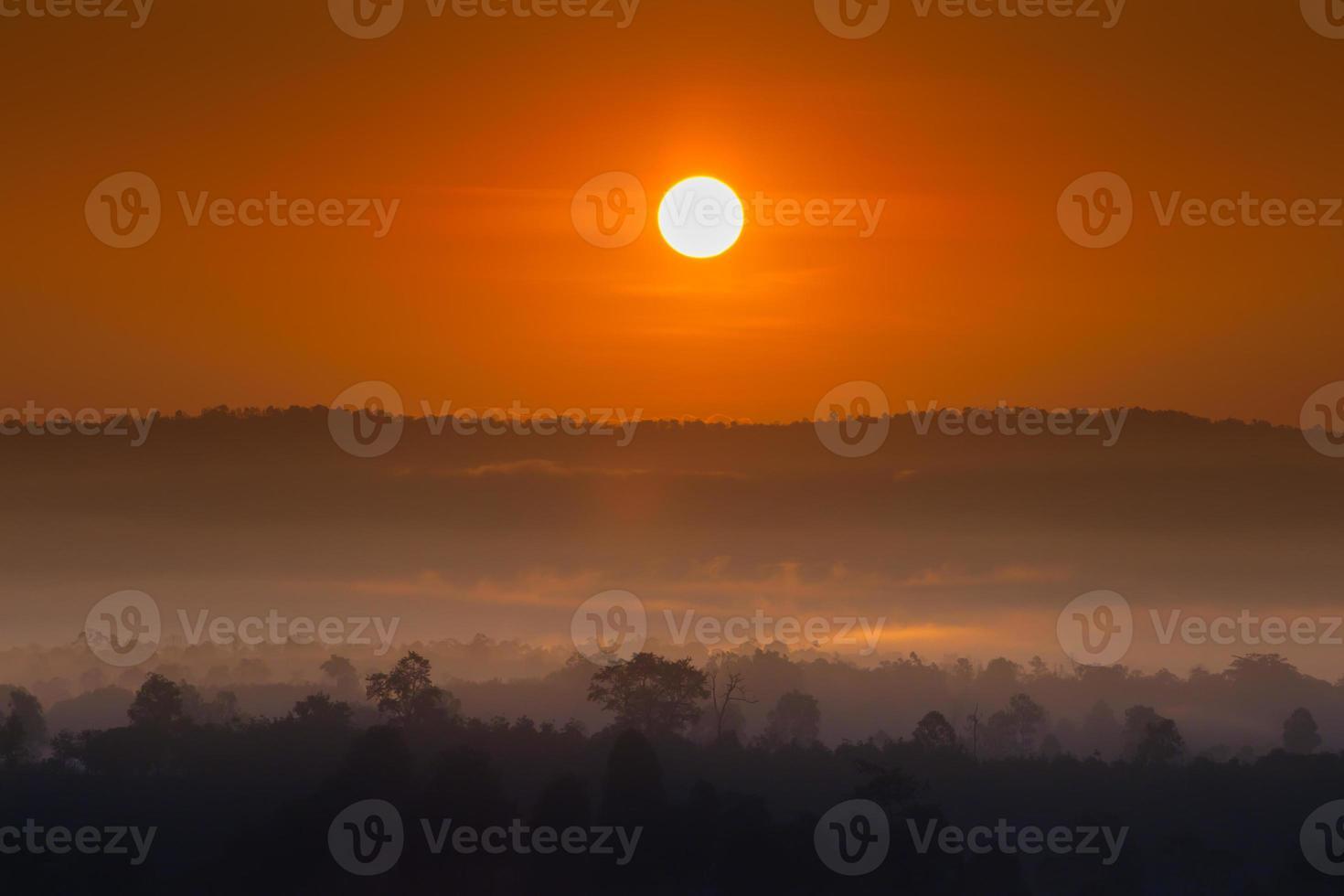 Sonnenaufgang über nebligen Bergen foto