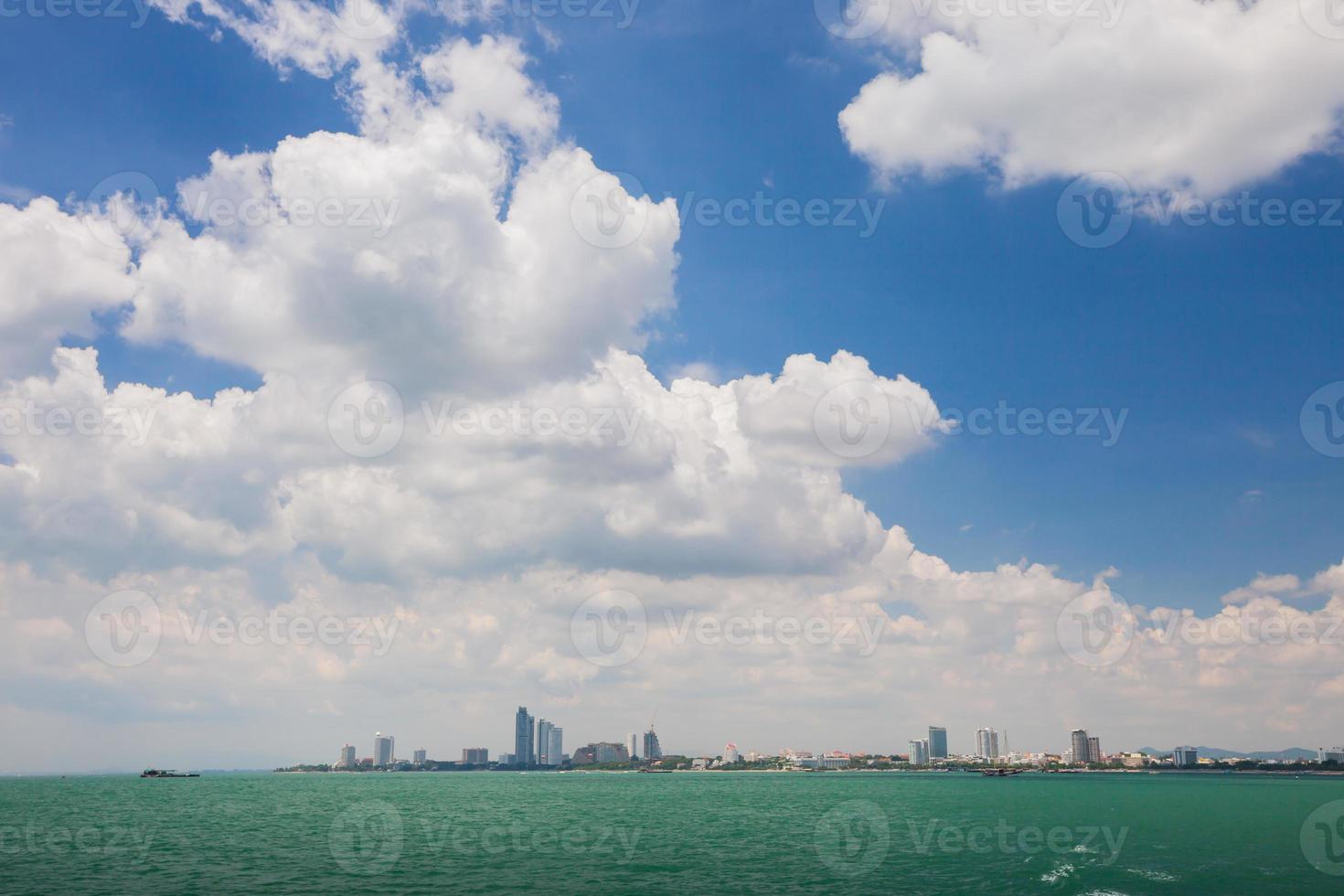 Blick auf das Stadtbild vom Wasser aus foto