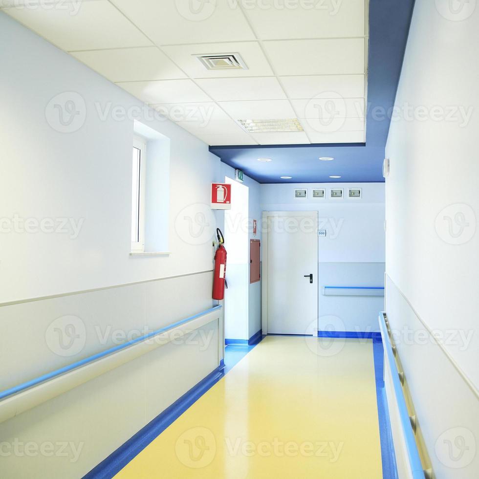 Blick auf den leeren Krankenhausflur foto