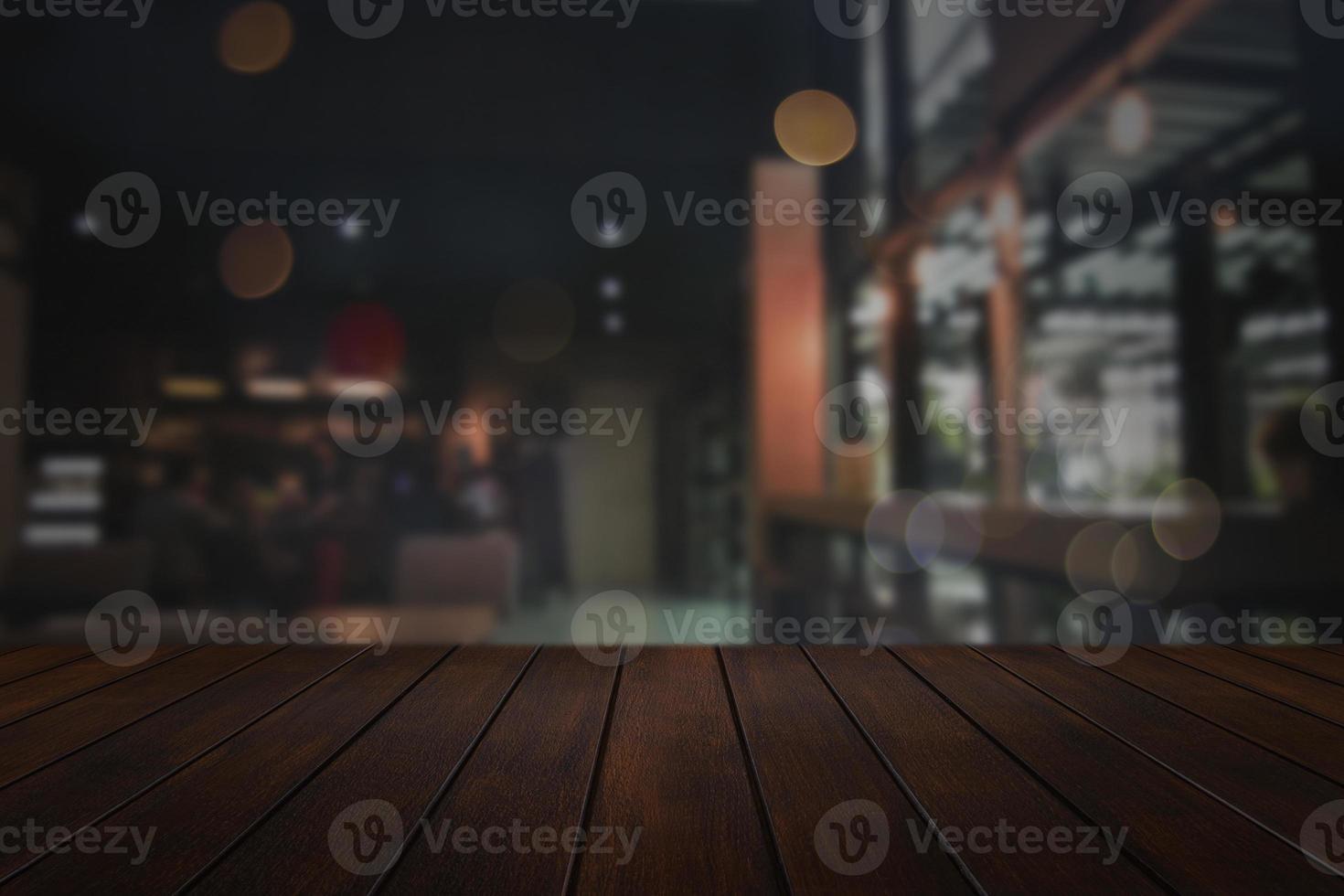 Holztisch mit unscharfem Stadthintergrund foto