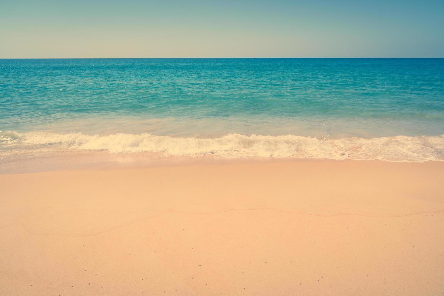 schöner Sandstrand und Meer foto