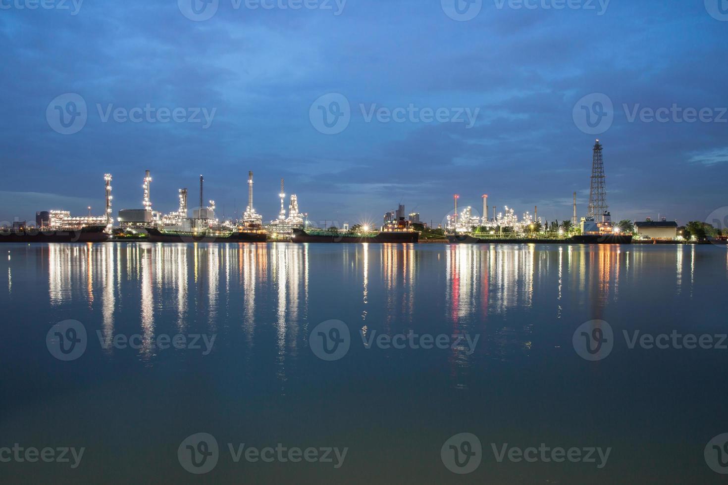 Lichter im Wasser reflektiert foto