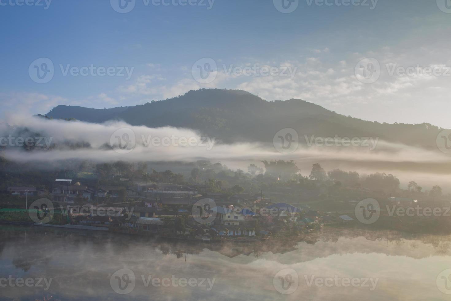 Nebel über einem Dorf foto