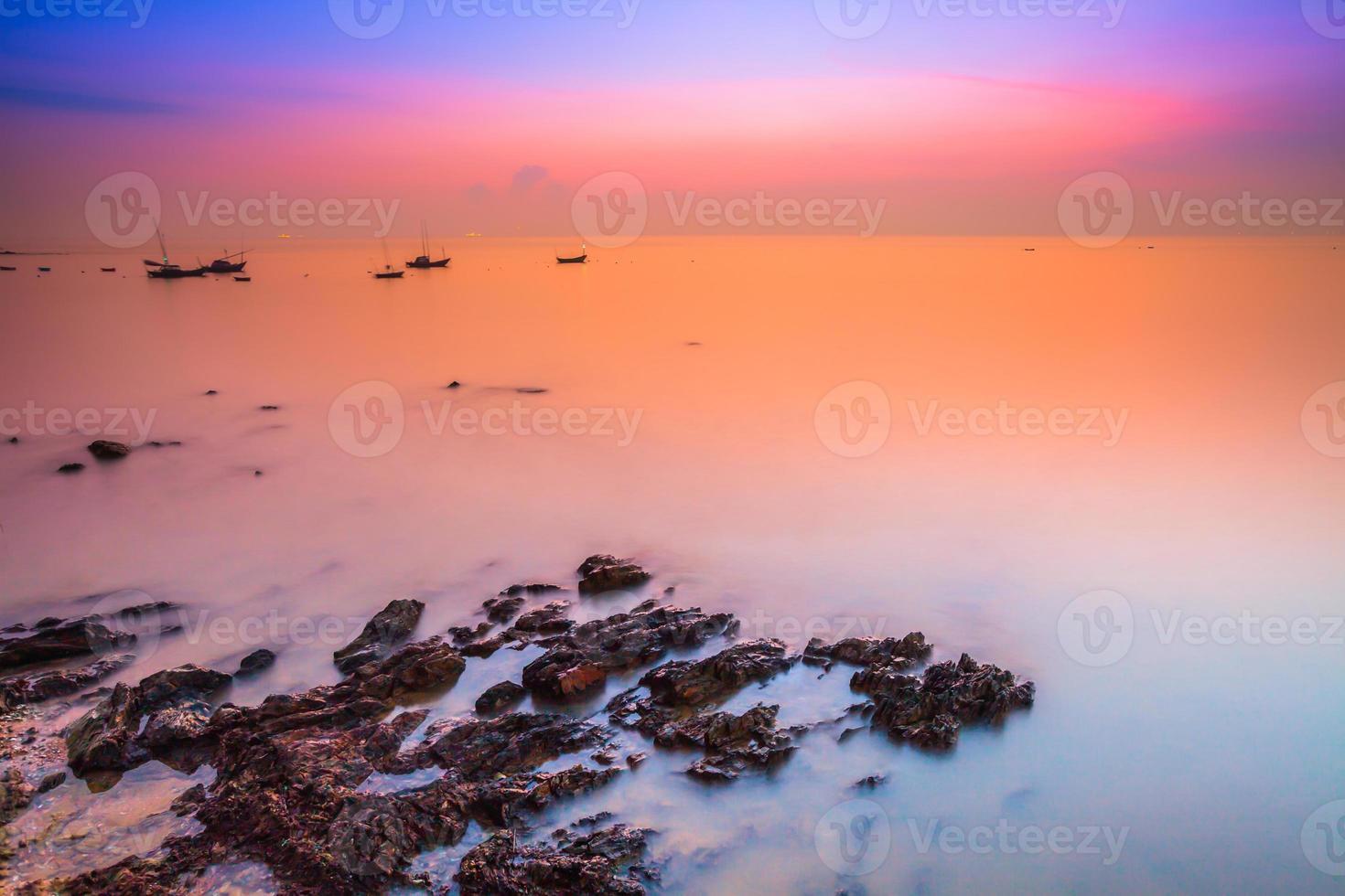 Langzeitbelichtung eines Sonnenuntergangs über Wasser foto
