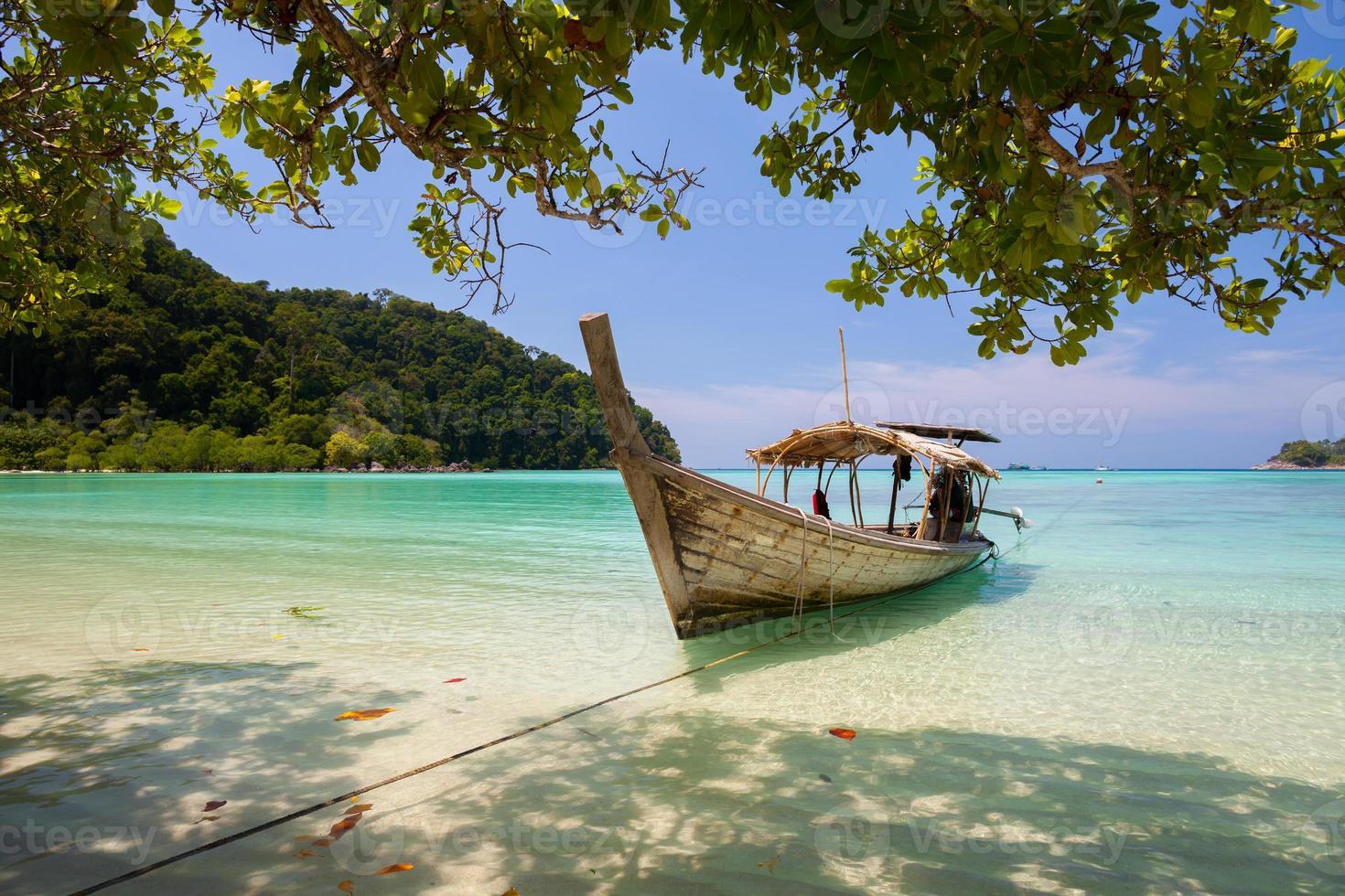 Langboot an einem tropischen Strand foto