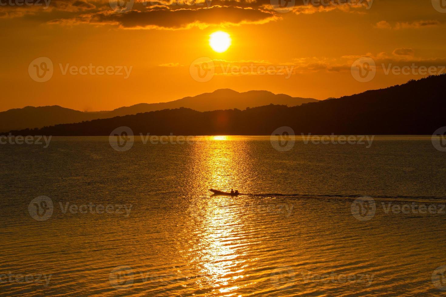 Berg Silhouetten und Wasser bei Sonnenuntergang foto