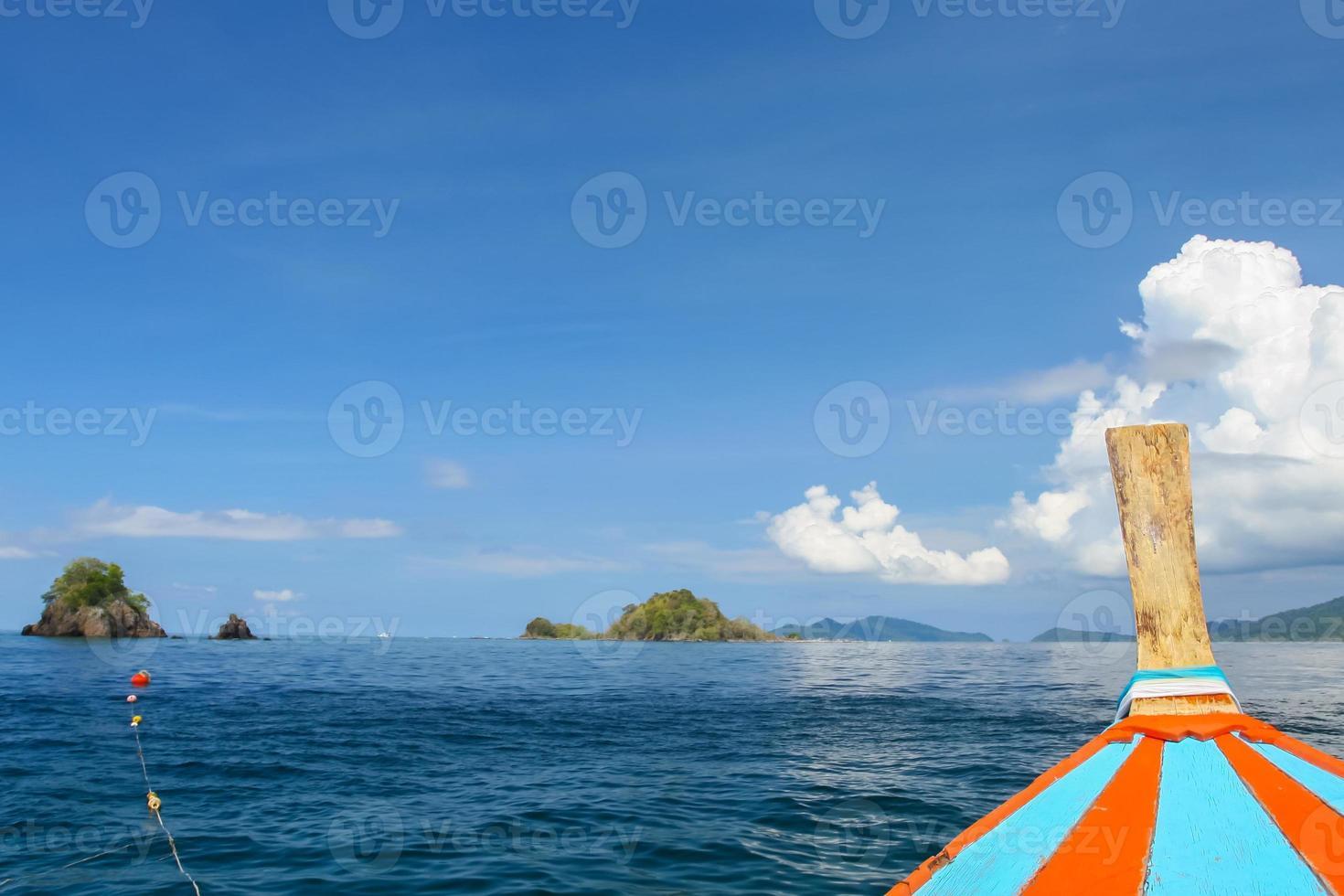 Blick auf das Wasser von einem Boot foto