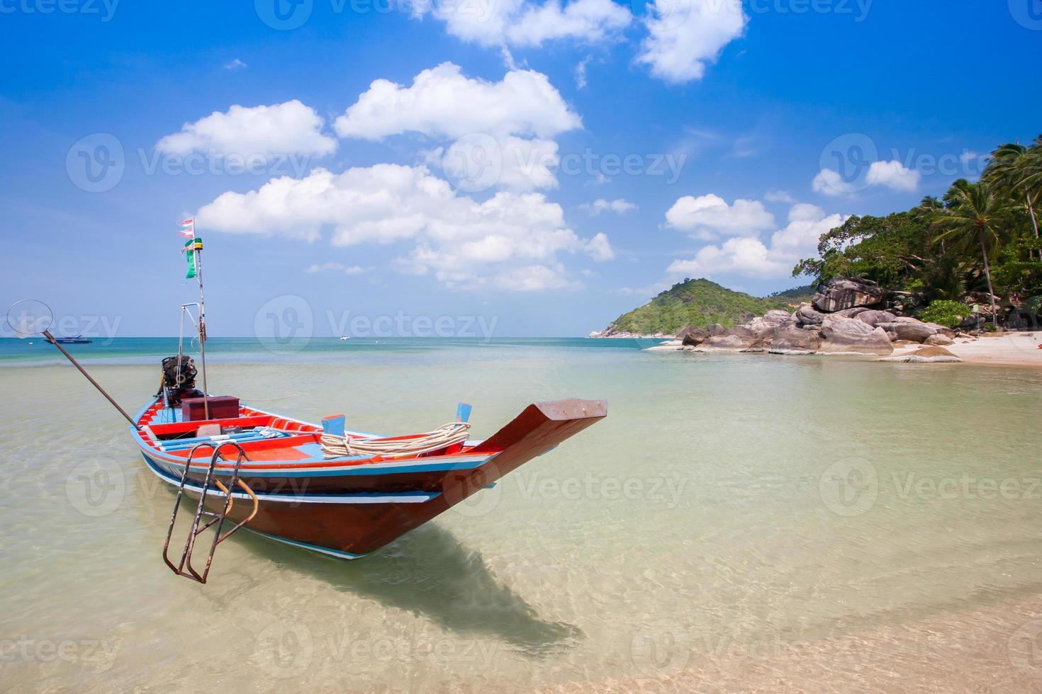 buntes Boot auf dem Wasser foto