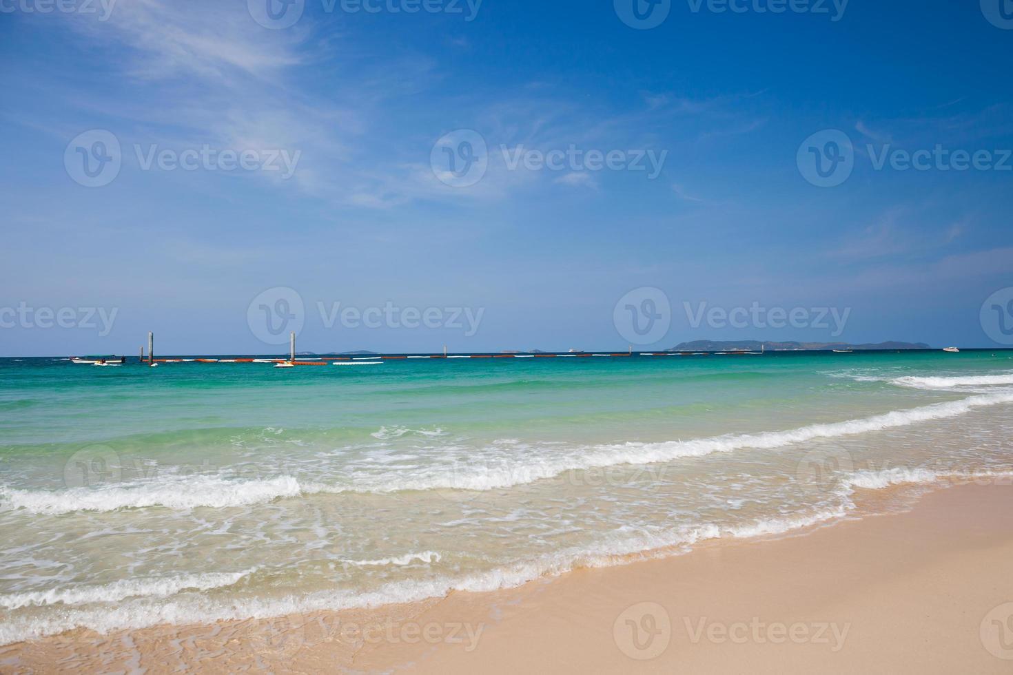 blaues Wasser am Strand foto