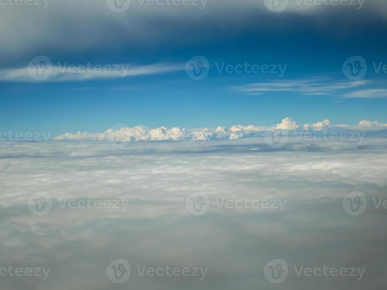 Luftaufnahme von Wolken aus einem Flugzeug foto