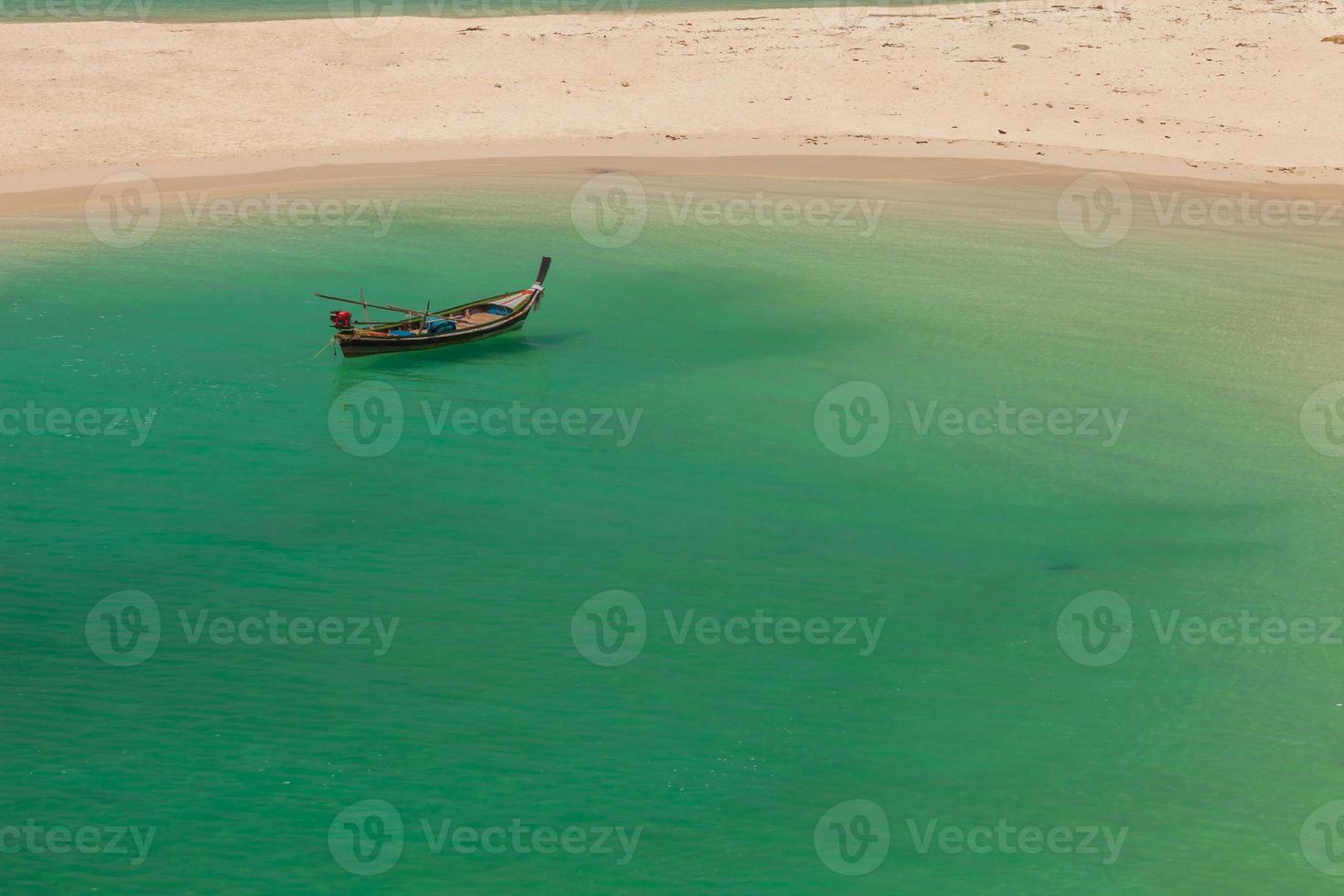 Boot schwimmt in der Nähe eines Strandes foto
