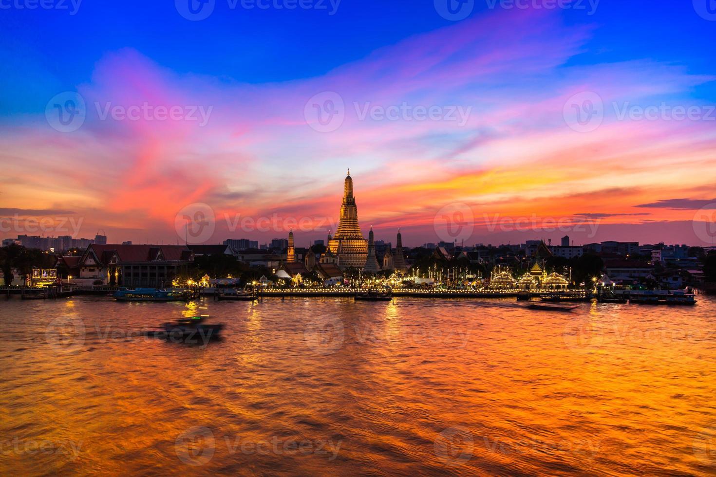 Bangkok, Thailand, 2020 - Blick auf den Wat Arun Tempel bei Sonnenuntergang foto