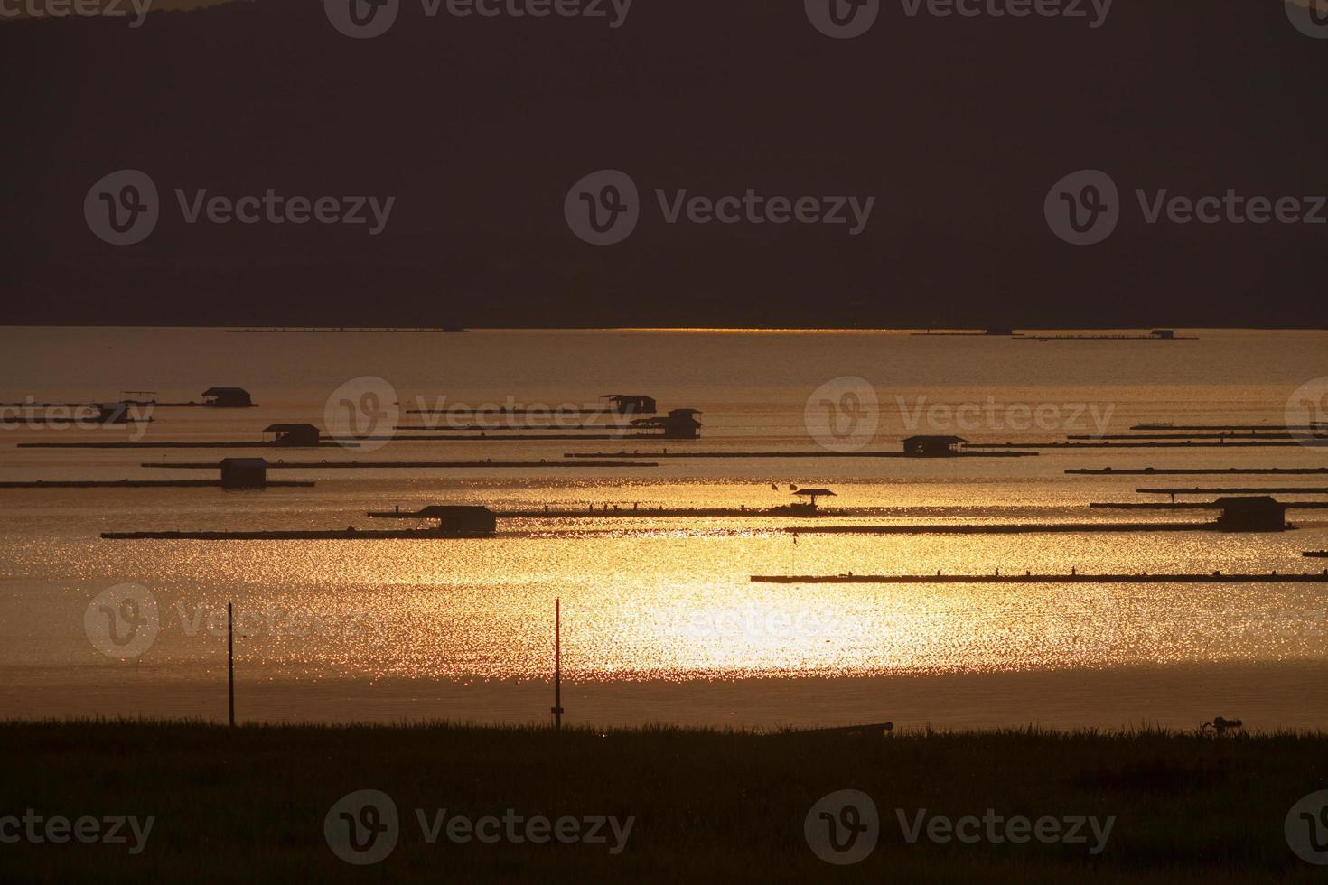 schwimmende Hütten auf dem Wasser bei Sonnenuntergang foto