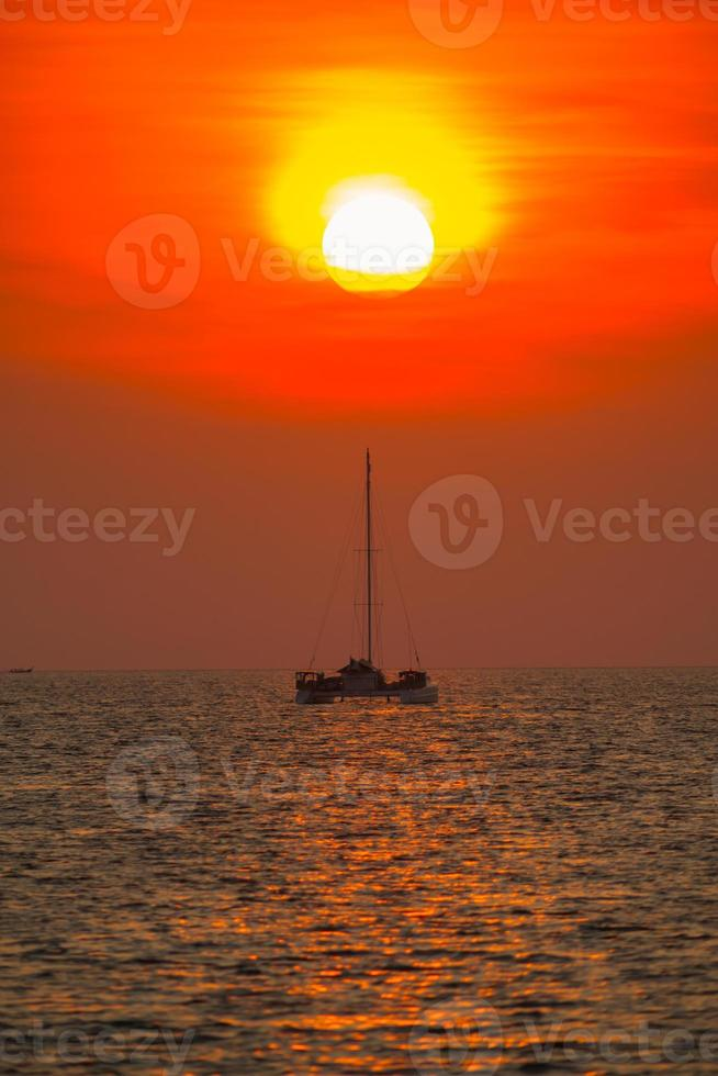 Boot auf dem Wasser bei Sonnenuntergang foto