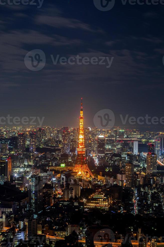 Tokio, Japan, 2020 - Nachts beleuchteter Tokio-Turm foto