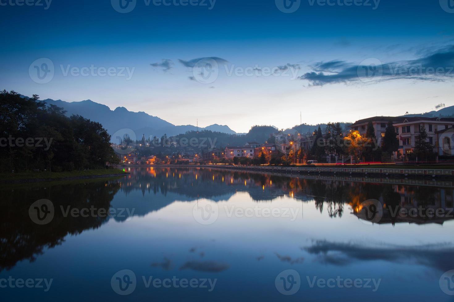 Stadtbild auf dem Wasser bei Sonnenuntergang foto