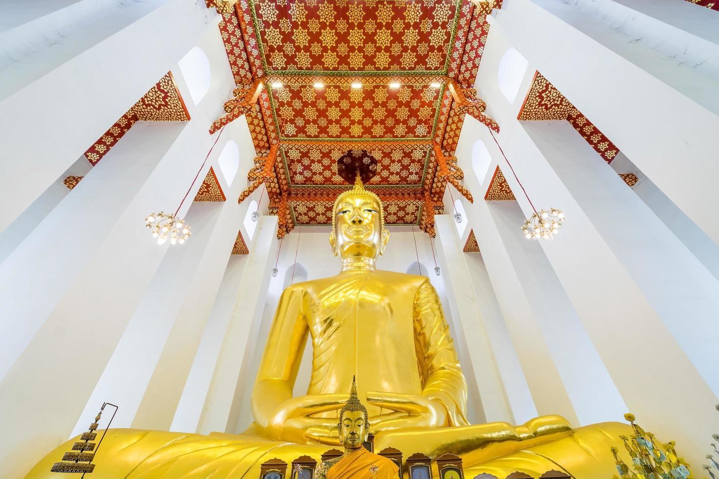 Goldener Buddha im Wat Chaiyo Warawithan Tempel, Provinz Angthong, Thailand foto