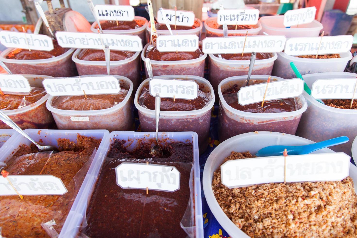 würzige Pasten Arten von Thailand auf einem Markt foto