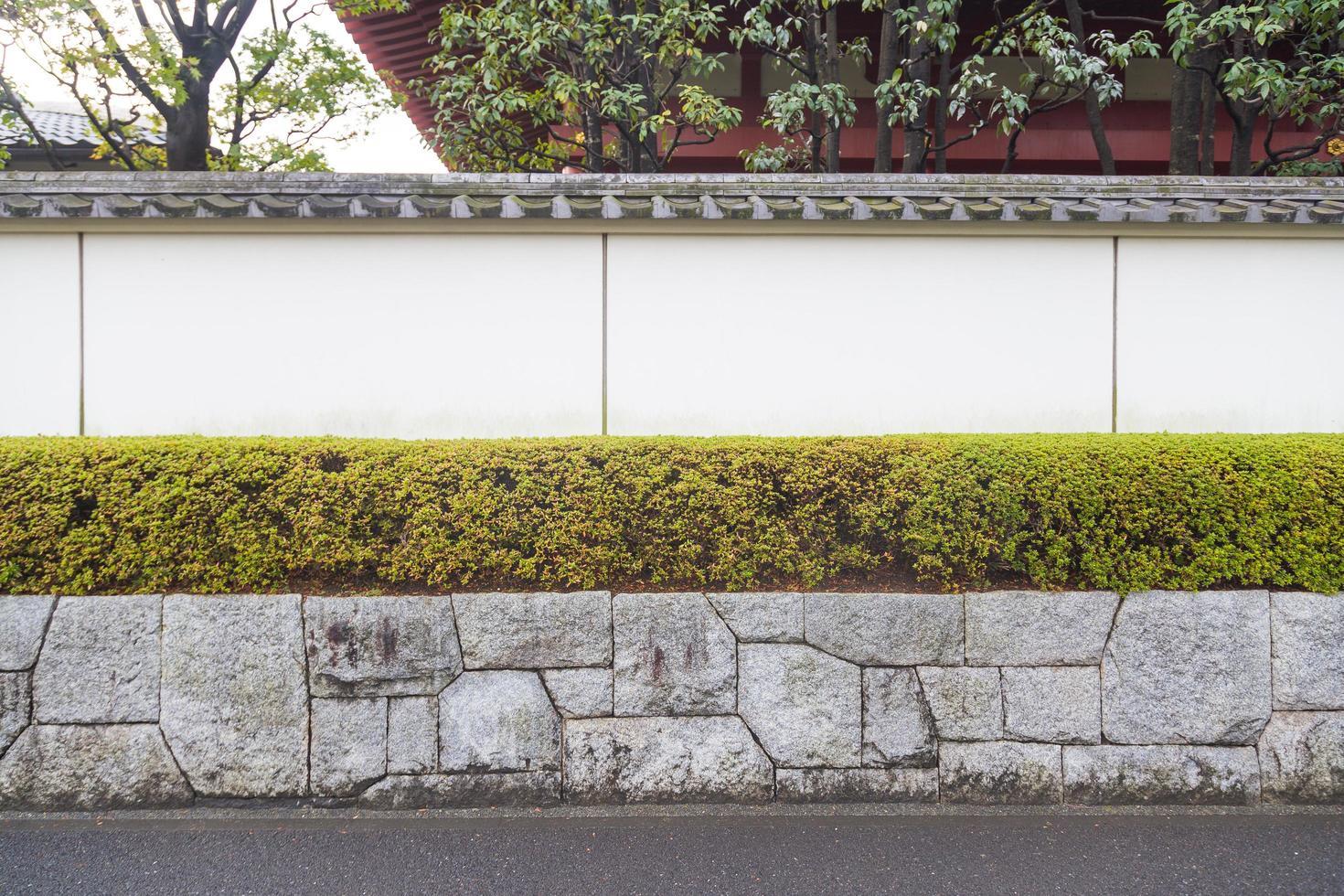 weiße Wand an der Straße foto