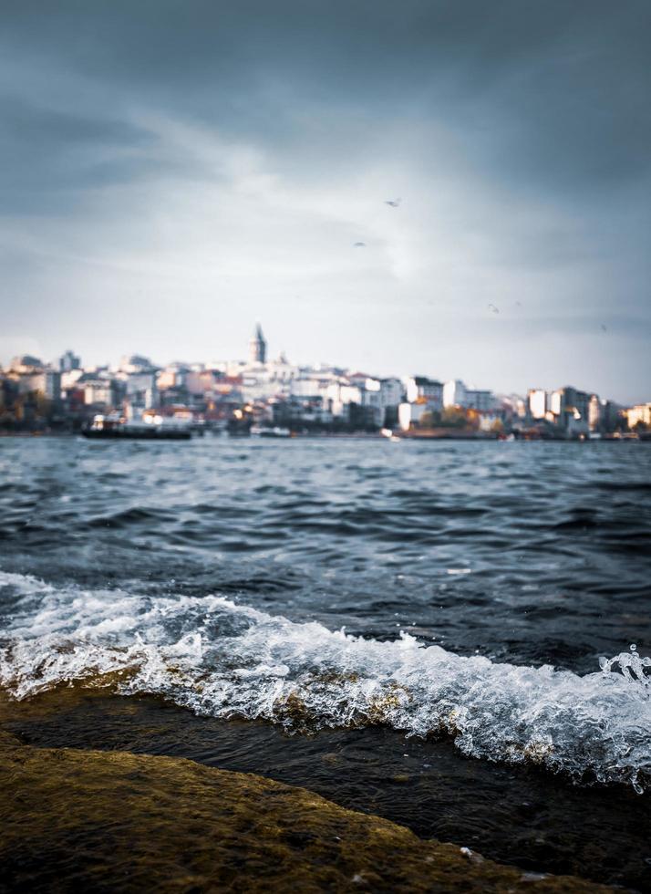 Blick auf den Strand mit Stadt im Hintergrund foto