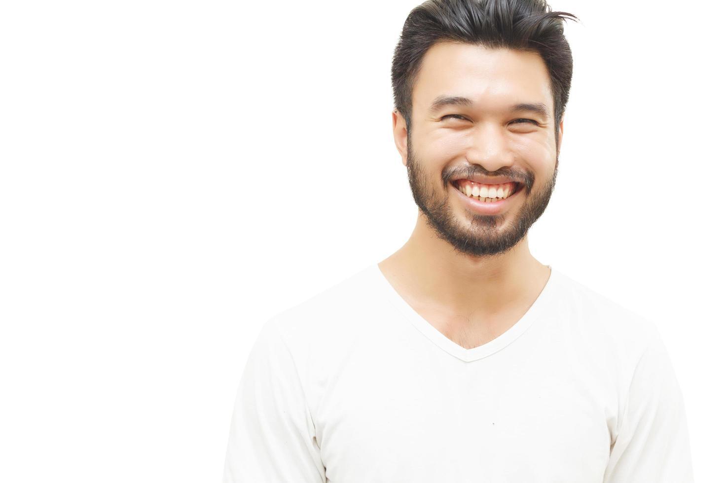 asiatischer Mann lächelnd und lachend lokalisiert auf weißem Hintergrund foto