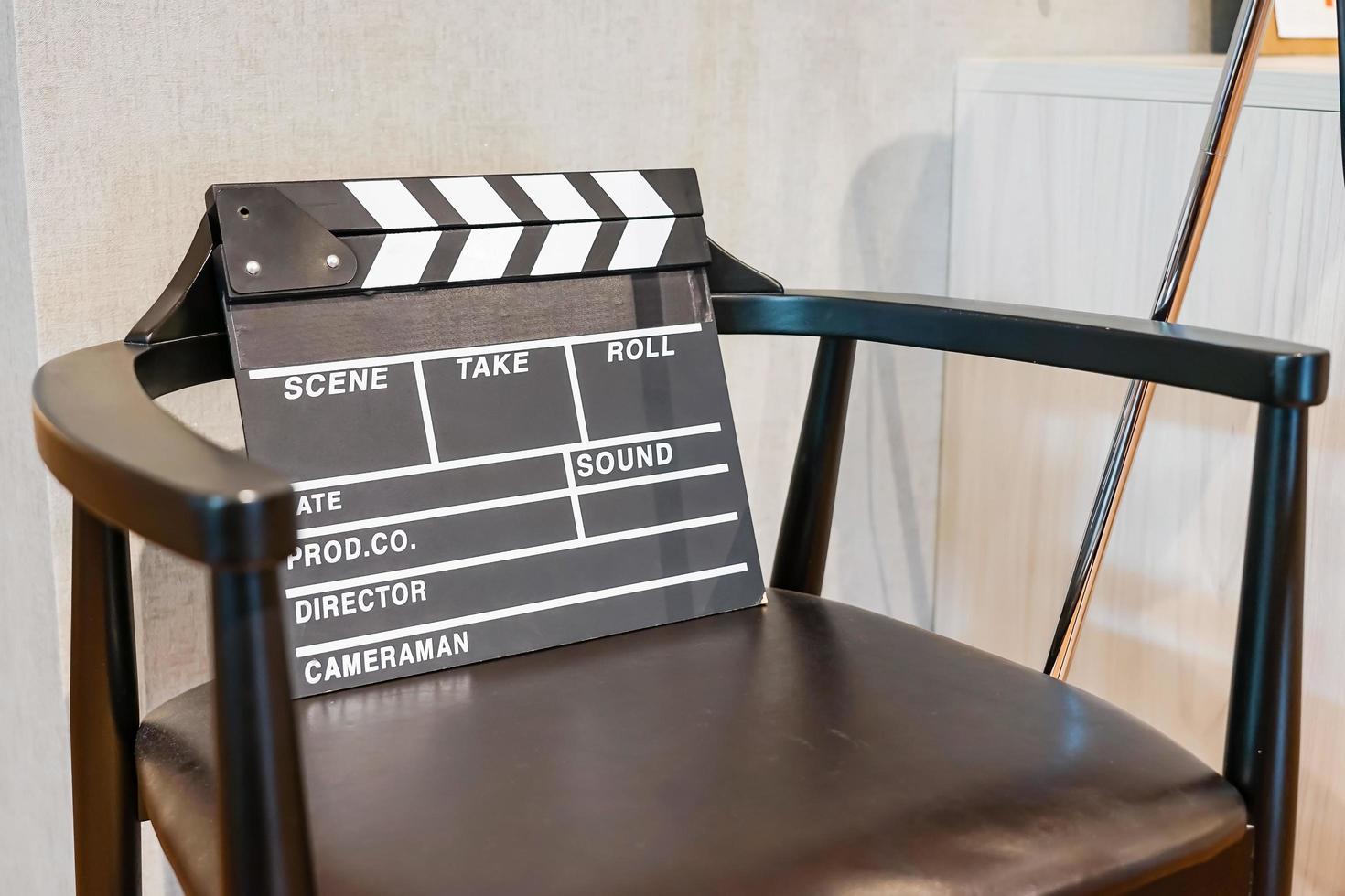 Regiestuhl und Filmklöppel foto
