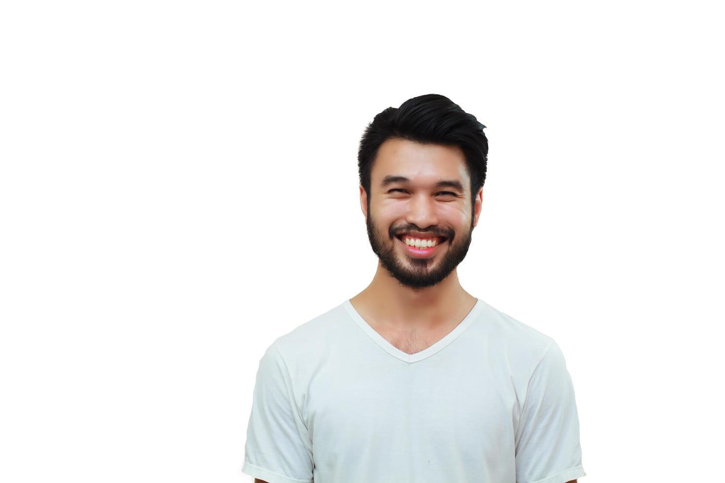 asiatischer schöner Mann mit einem Schnurrbart lächelnd und lachend lokalisiert auf weißem Hintergrund foto