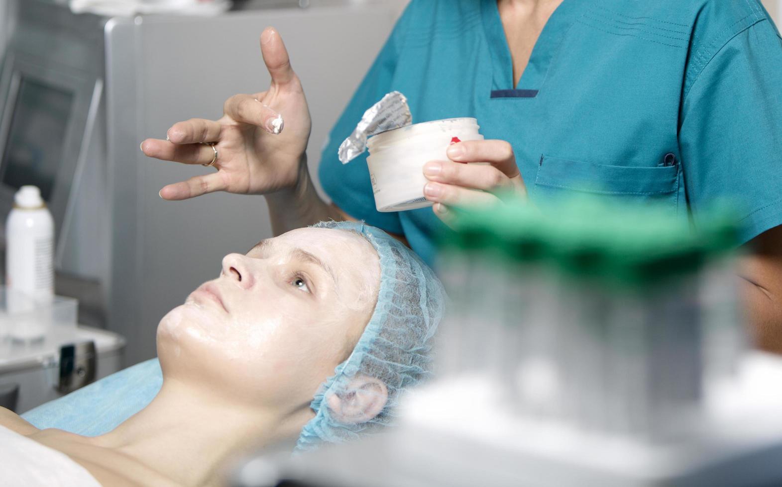 Frau erhält eine Hautpflege foto