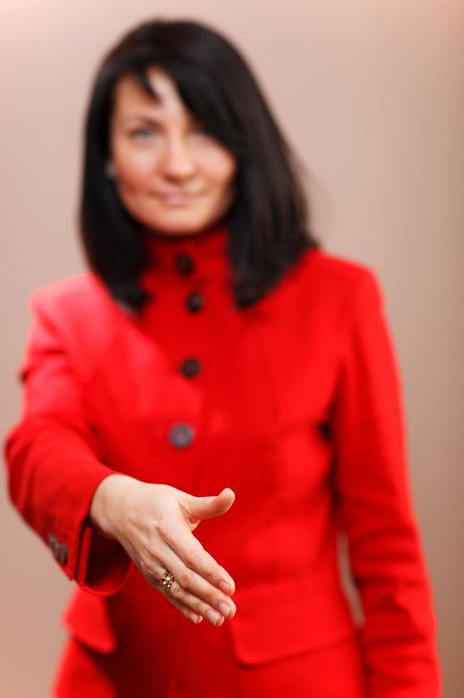 Frau bietet ihre Hand in einem Handschlag foto