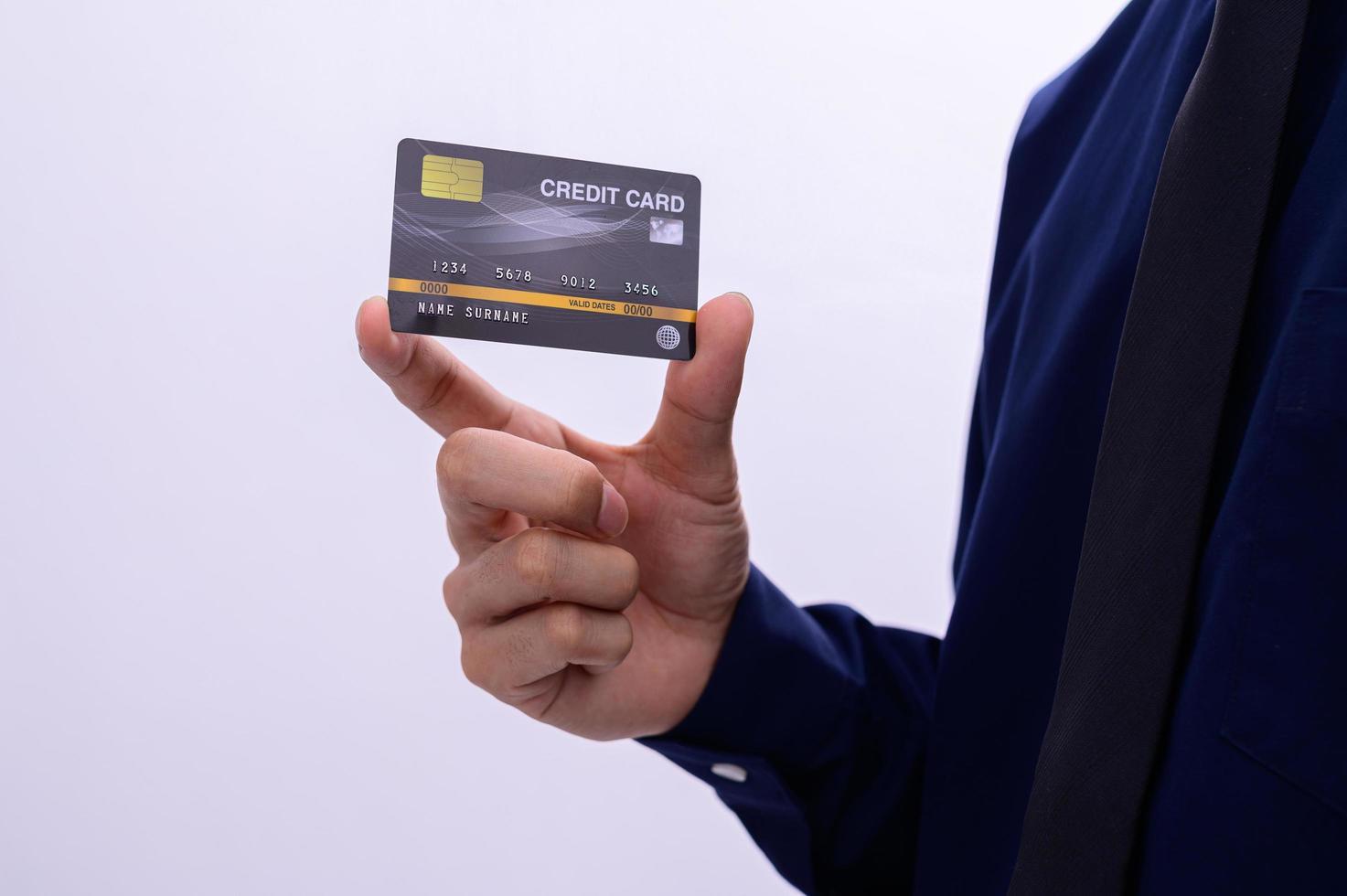 Geschäftsmann, der eine Kreditkarte hält foto