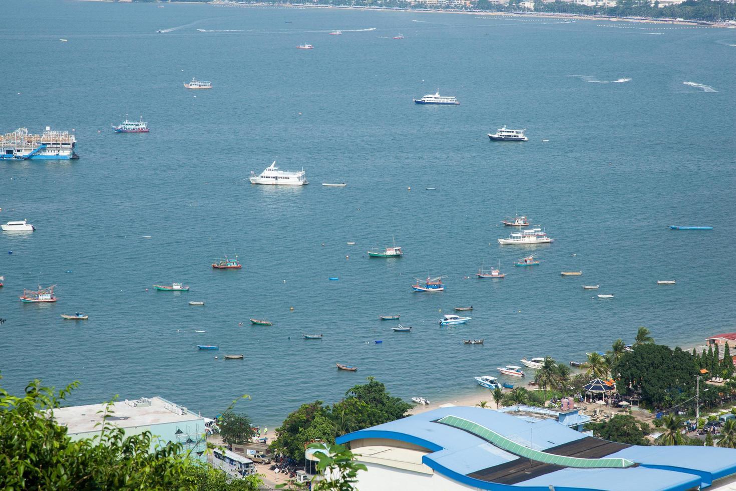 Boote entlang der Küste foto