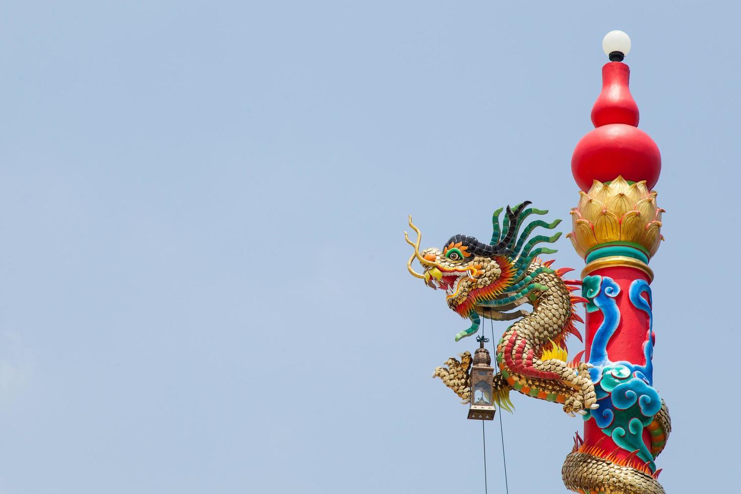 Säulenstatue eines Drachen in Thailand foto
