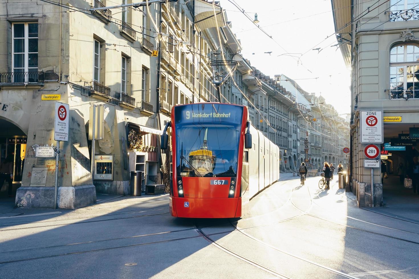 moderne stadtbahn in bern, schweiz foto