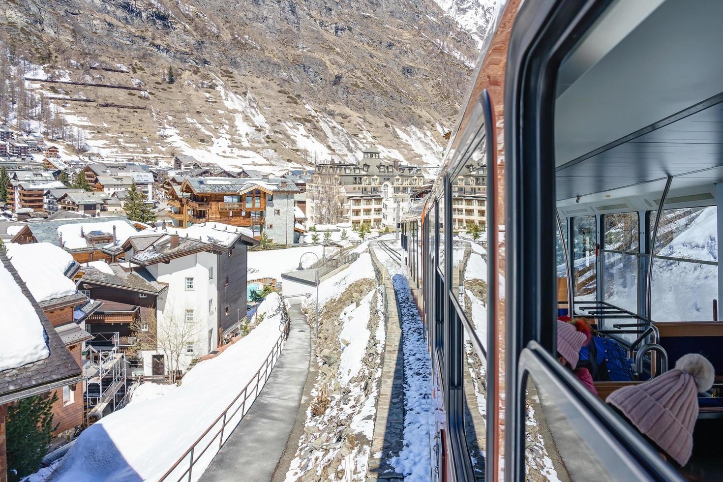 roter zug klettert zur gornergrat station in zermatt, schweiz foto