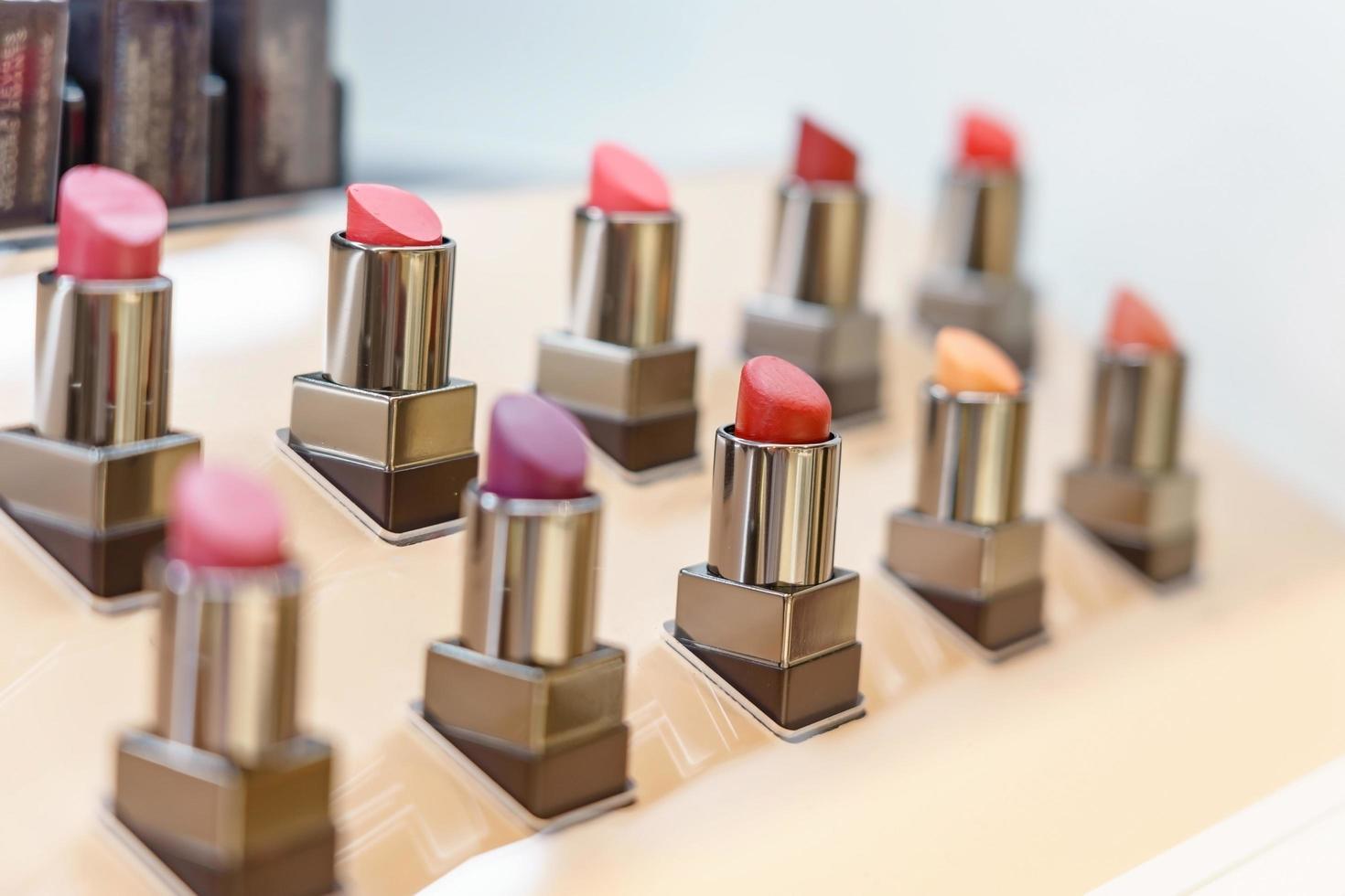 Satz Lippenstifte im Laden foto