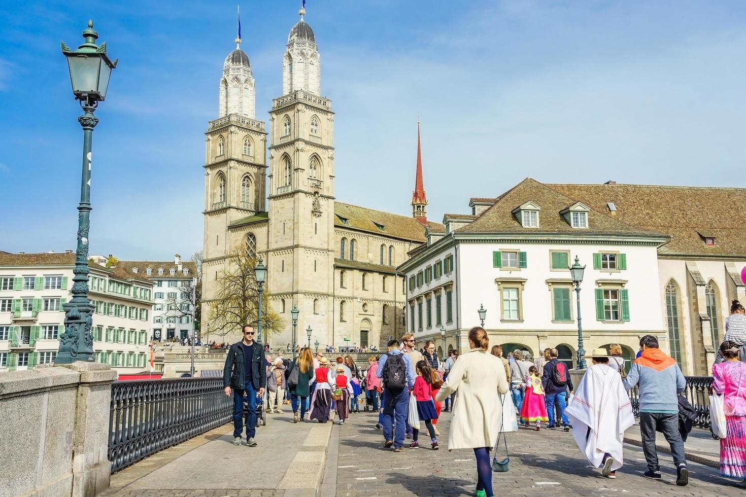 Blick auf Grossmünster und Zürich Altstadt, Schweiz foto