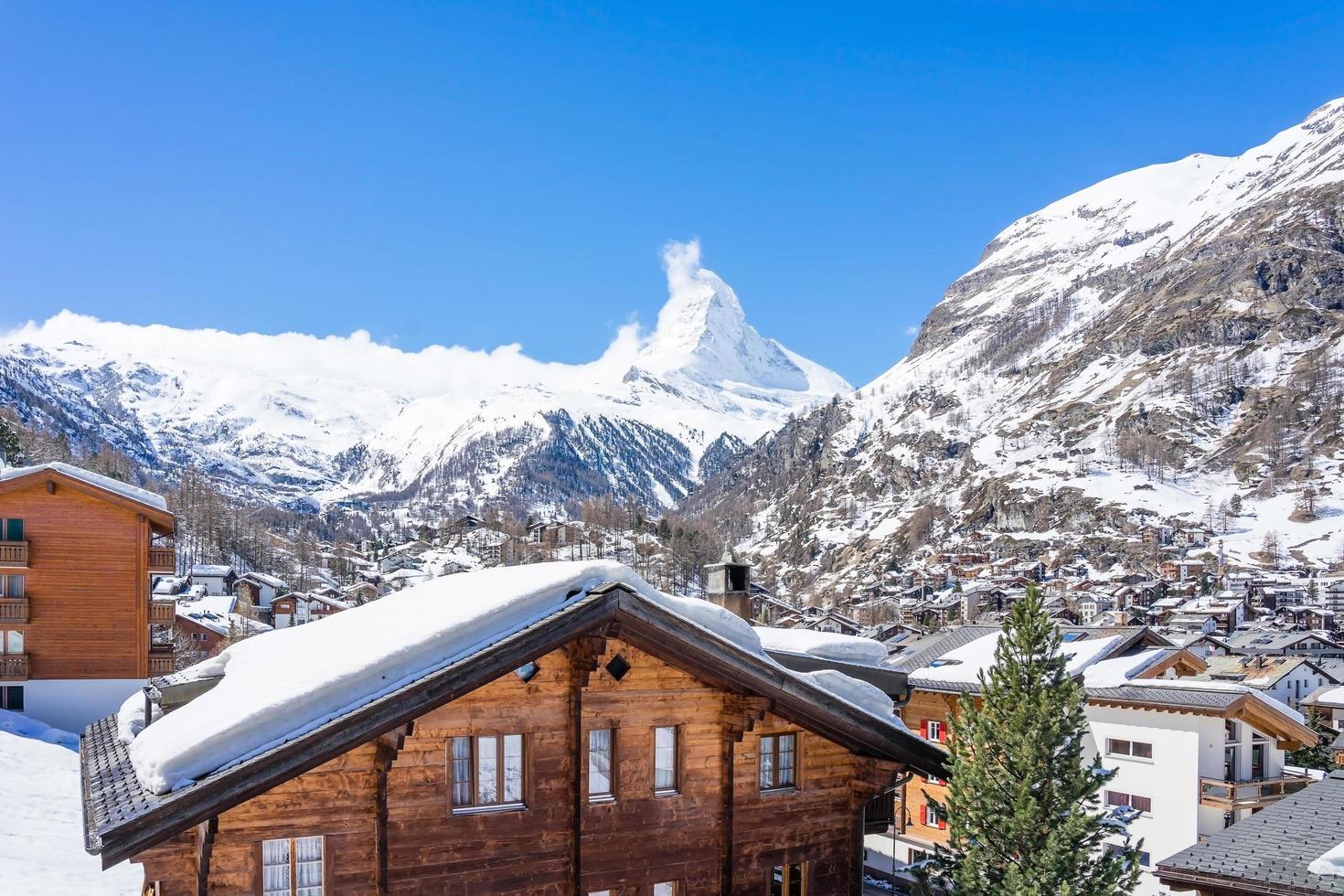 altes dorf am sonnigen tag mit matterhorn spitzenhintergrund in zermatt, schweiz foto