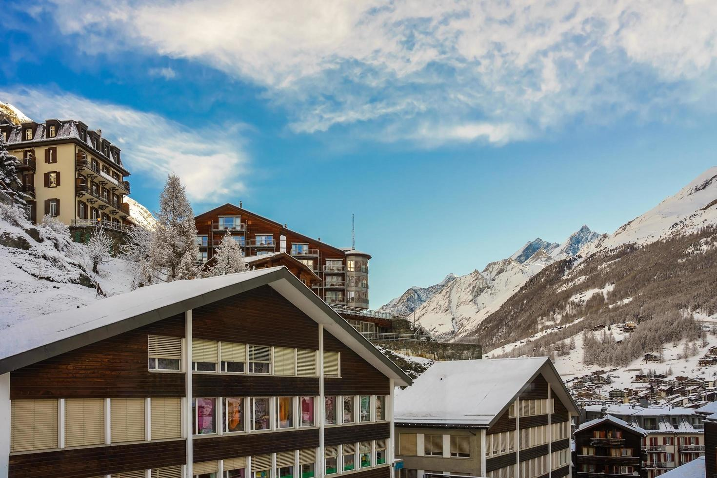 Häuser von Zermatt mit Schnee bedeckt in der Schweiz foto