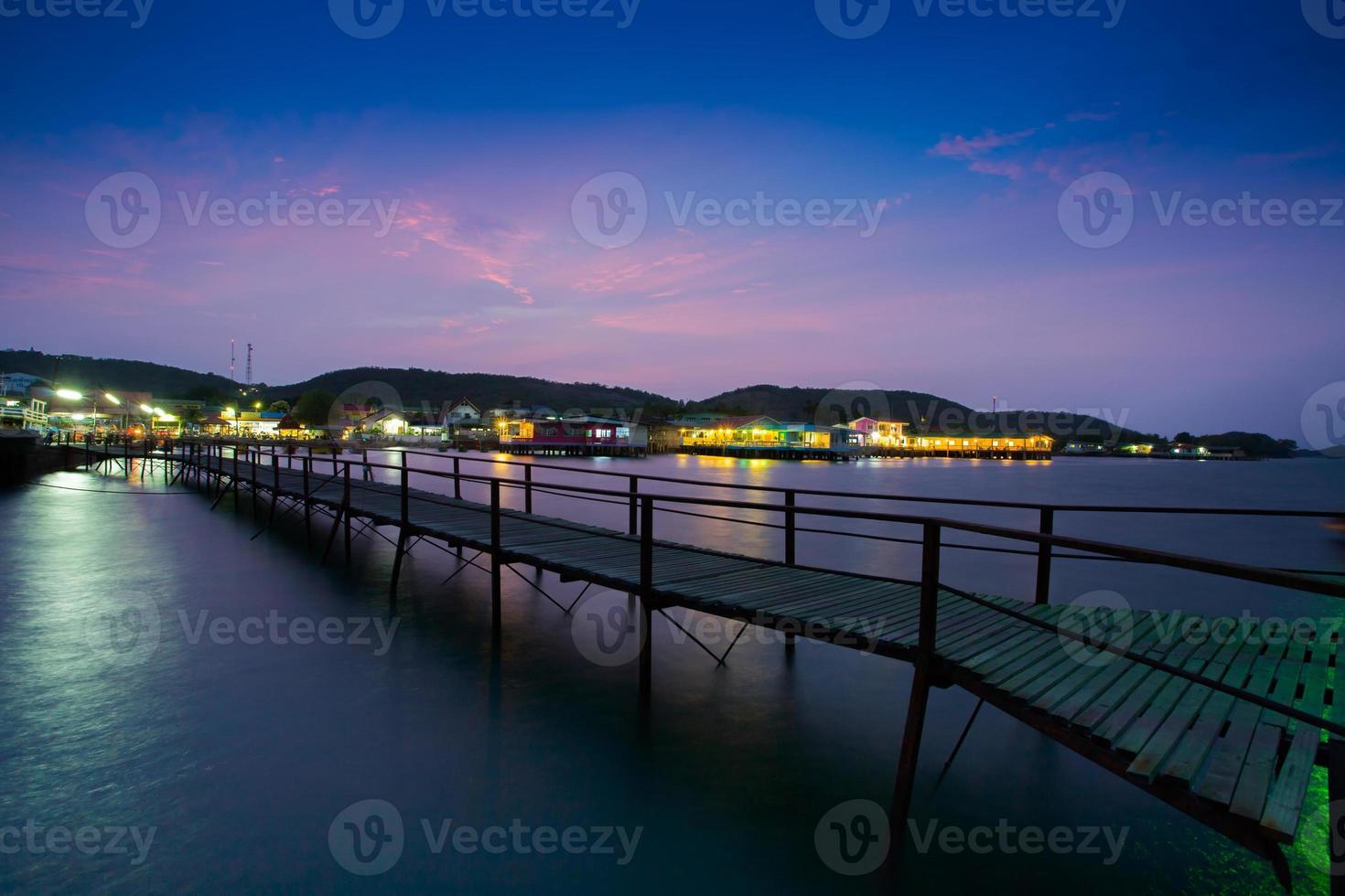 Pattaya, Thailand, 2020 - Gehweg auf dem Meer bei Nacht foto