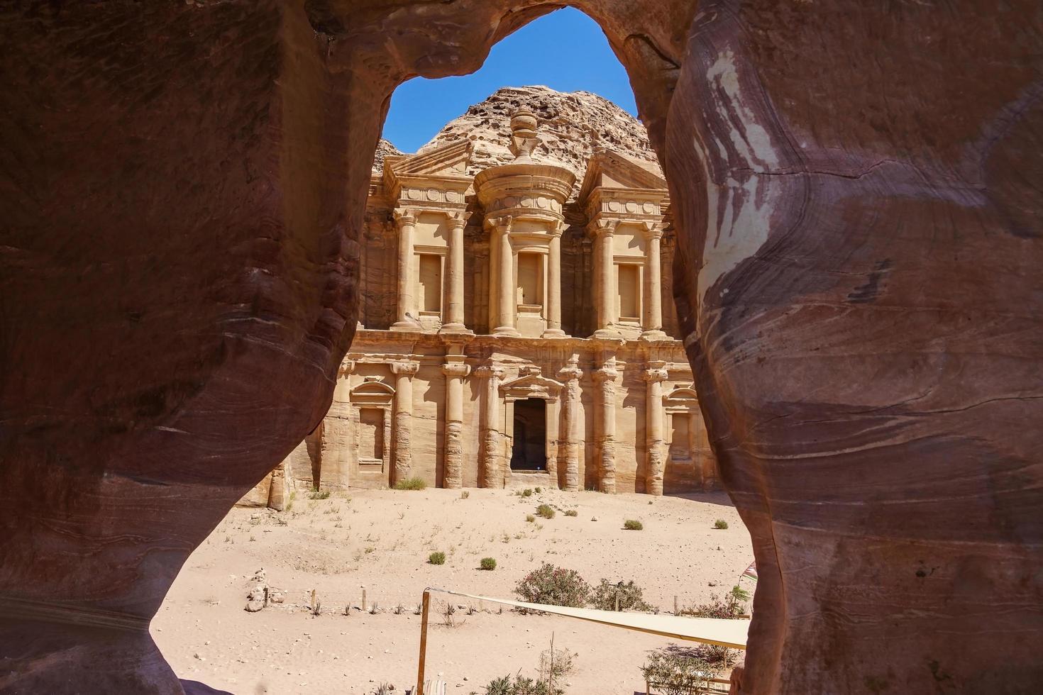 Blick aus einer Höhle des Ad Deir, Kloster in der antiken Stadt Petra, Jordanien foto