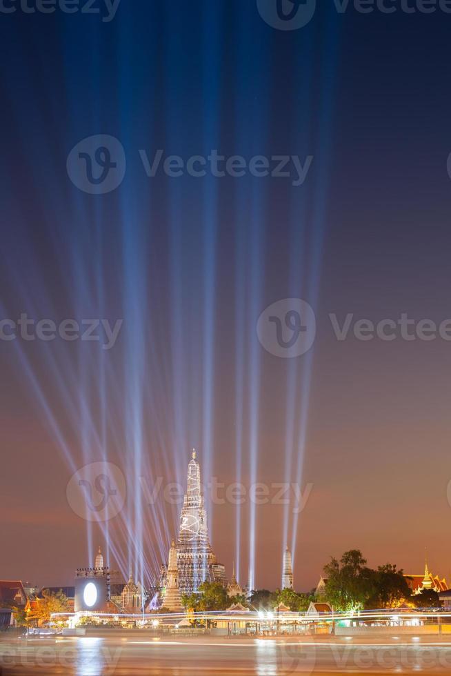 Bangkok, Thailand, 2020 - Langzeitbelichtung von Lichtern am Wasser in der Nacht foto